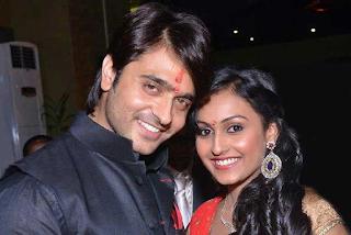 Foto Ashish Sharma dengan Istrinya Archana Taide