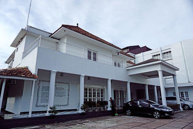 Bangunan klasik Menumbing Heritage Hotel dari halaman