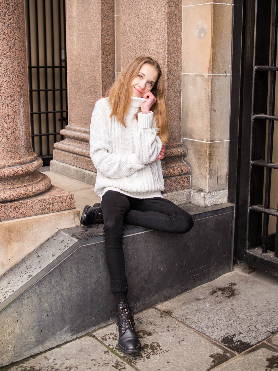 Monochrome outfit with white cable knit - Mustavalkoinen asu palmikkoneuleen kanssa