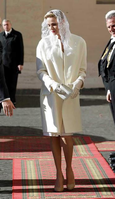 Charlize de Monaco, véu branco visita ao Papa
