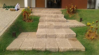 Escada com pedra folheta junto a rampa com paralelepípedo em casa em condomínio em Sousas-SP.