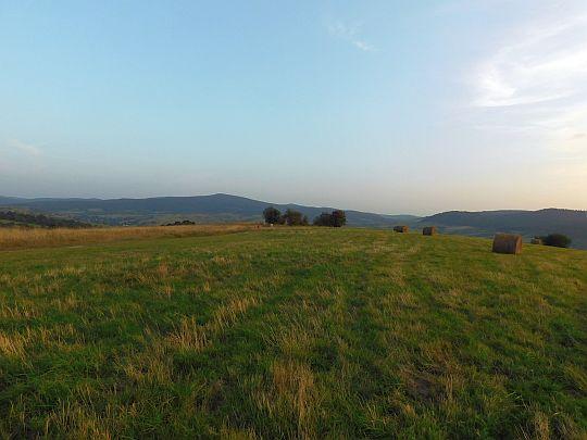 I ostatnie spojrzenie na Kamień nad Jaśliskami i dolinę Bełczy.
