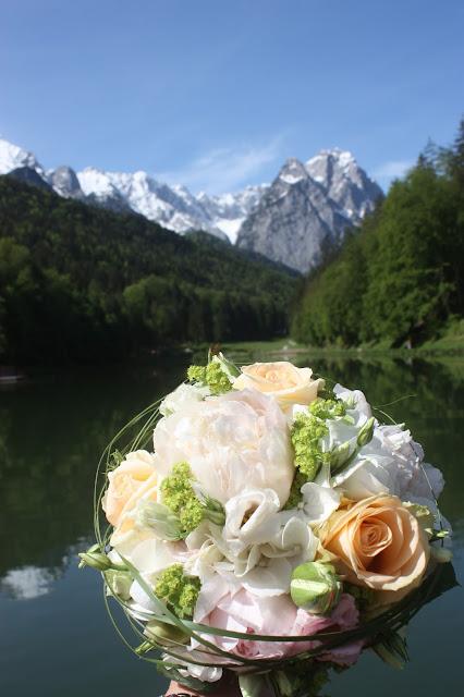 Brautstrauß mit Pfingstrosen und Rosen von Passiflori Blumen Penzberg - Hochzeit am Riessersee in Garmisch-Partenkirchen, Bayern - Wedding in Bavaria, bridal bouquet with peonies