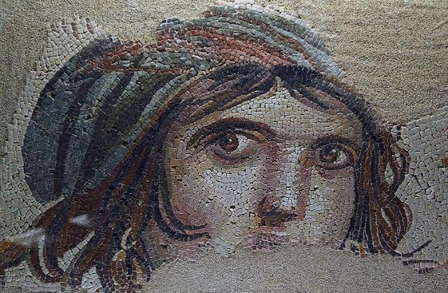 На некоторых мозаиках видно и римское влияние - как, например, на этой мозаике, изображающей цыганку. археология, история, мозаика