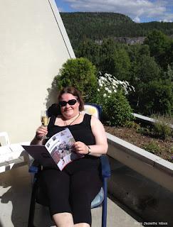 Gro Jeanette leser Blødernytt på St.Hans-besøk.