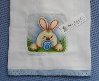 Fralda: coelhinho com chupeta, Pintura em  fralda, Aplicação de pintura em fralda, Enxoval de bebê, Coelhinho com chupeta,   Costura,