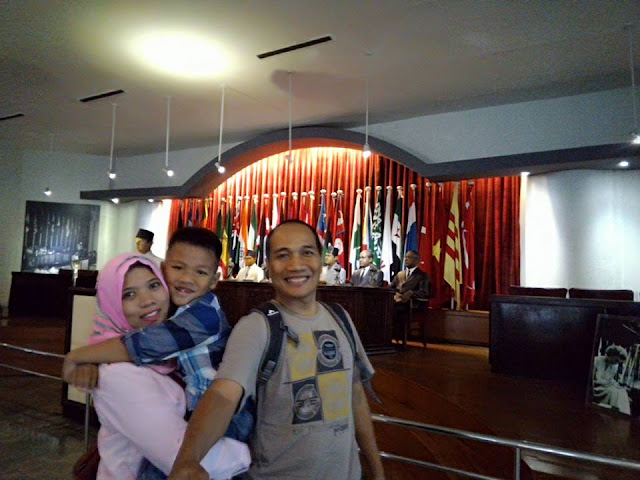 Berfoto bersama di depan diorama pelaksaan KAA