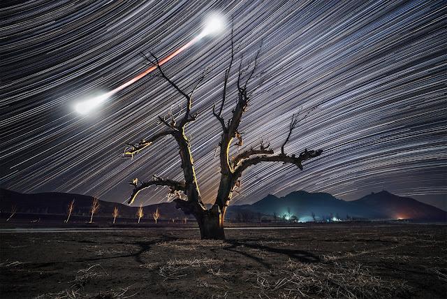 Đường đi của Mặt Trăng máu và những ngôi sao trên bầu trời. Hình ảnh: Haitong Yu.