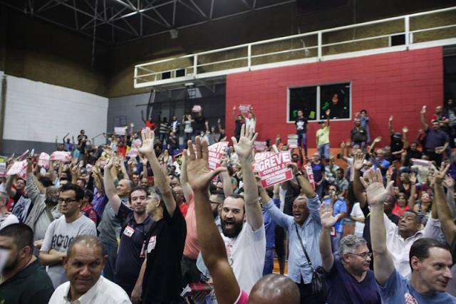 O Sindicato dos Metroviários de São Paulo reuniu, na noite desta terça-feira (14), centenas de trabalhadores para definir os rumos da categoria nas mobilizações marcadas para esta quarta-feira (15).No encontro, além dos metroviários, estiveram presentes representantes de entidades sindicais de diversas categorias, servidores e funcionários públicos
