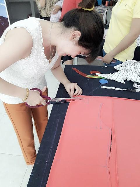Học viên đang thực hành cắt may thời trang