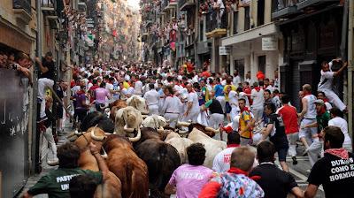 paso de toros y corredores por calle Estafeta san fermin 2016_rEUTERS