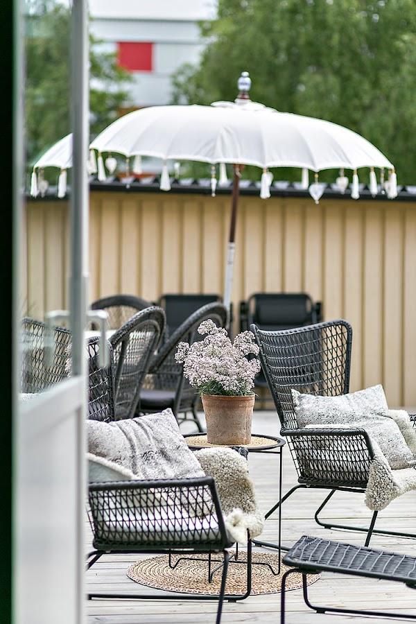 terraza pequeña estilo nordico decoracion nordica escandinavo sombrilla paraguas interiorista barcelona alquimia deco