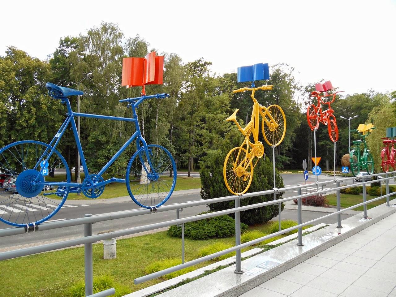 instalacja rowerowa, Nowy Tomyśl, przed biblioteką