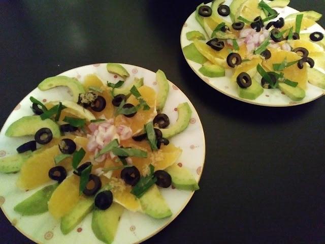 Sałatka z avocado, pomarańczy i czarnych oliwek