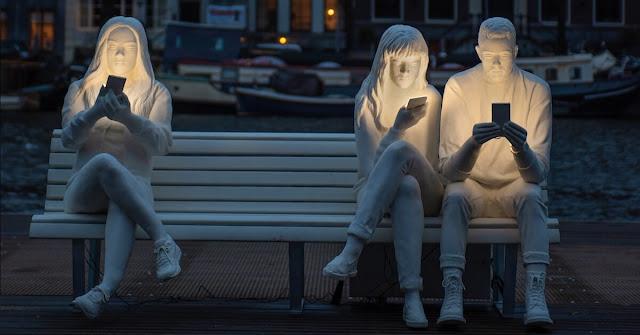 نحت مثير للجدل يثير الضجة والسخرية على آثار التكنولوجيا في حياة البشر