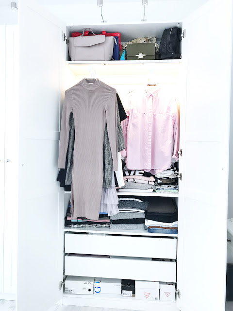 Uszczuplanie garderoby pomaga w odnajdowaniu własnego stylu jak zmniejszyć liczbę ciuchów ubrań w szafie ograniczyć kupowanie nowych rzeczy szafa garderoba porządek bałagan ciuchy ubrania ograniczanie elementy garderoby jak znaleźć swój styl zakupy