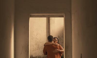 Lurdes abraça o filho — Foto: TV Globo