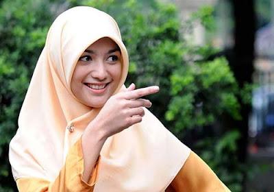 Tips Memakai Hijab Segi Empat yang Simpel dan Anggun