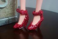 Barbie com sapatinhos vermelhos de verniz de crochê