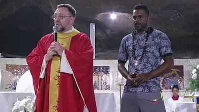 BAHIA / Caminhoneiro sai a pé de São Miguel das Matas para Bom Jesus da Lapa com cruz de 20 kg nas costas e emociona romeiros em missa
