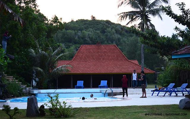 Suasana Kolam Renang di Desa Limasan Retreat