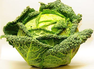 Detoxification of the body can be done naturally if kale is included in the diet. Kale possesses a lot of antioxidant materials, flavonoids are especially important, whose task is to prevent the formation of free oxygen radicals, which damage the cell walls.