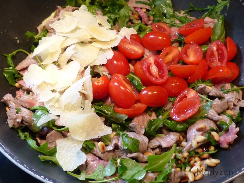 Ajoutez les tomates et les copeaux de parmesan.