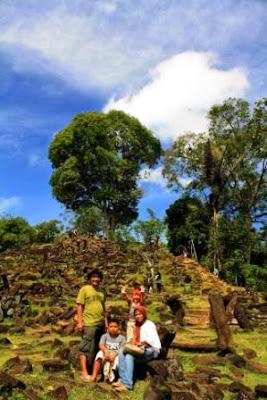 Foto sekeluarga di Situs Gunung Padang.