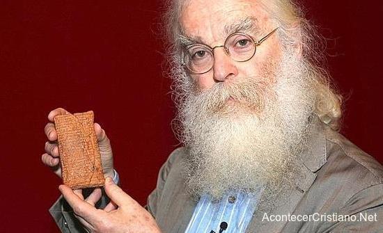 Científico con tablilla babilónica que menciona el Arca de Noé