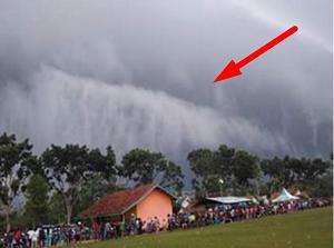Awan Berbentuk Ombak Tsunami di Lampung Timur