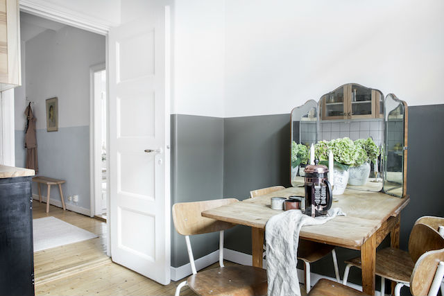 comedor en la cocina con pared pintada a media altura y antigüedades