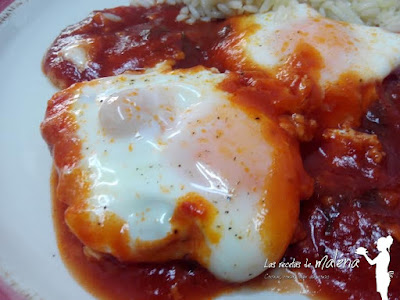 Huevos escalfados con salsa de tomate especiada