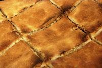 Bir tepside dilimlenmiş kete çöreği