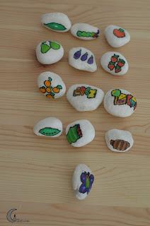 Manualidades. piedras de la pequeña oruga glotona.