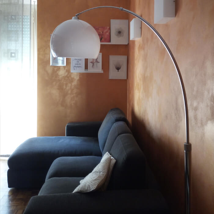 Fjella arch lamp that illuminates the living room sofa