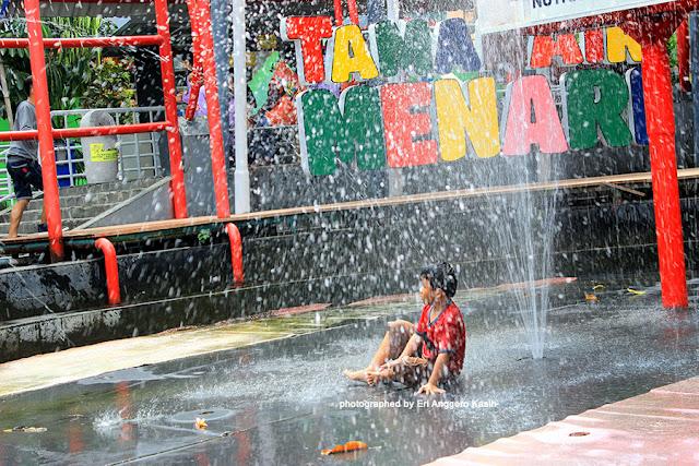 Foto Keasyikan main air di Taman Pintar.