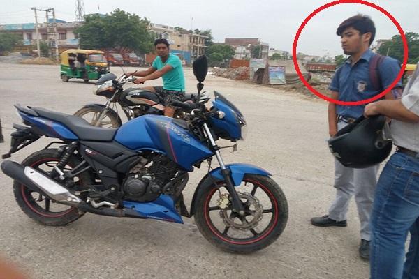 100 से ज्यादा की स्पीड में नागिन जैसे बाइक चलाने वाला ये छात्र मरने से बचा