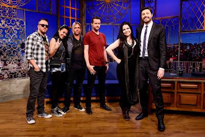 O Apresentador e o grupo Evanescence (Gabriel Cardoso/SBT)