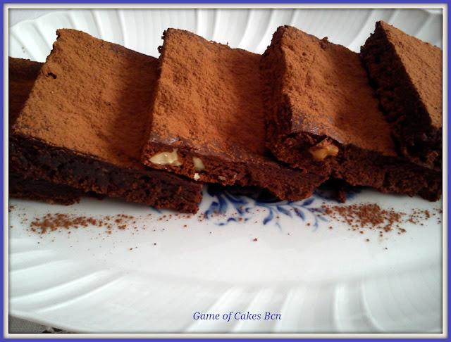 Primer plano de las raciones de Brownie de chocolate y nueces