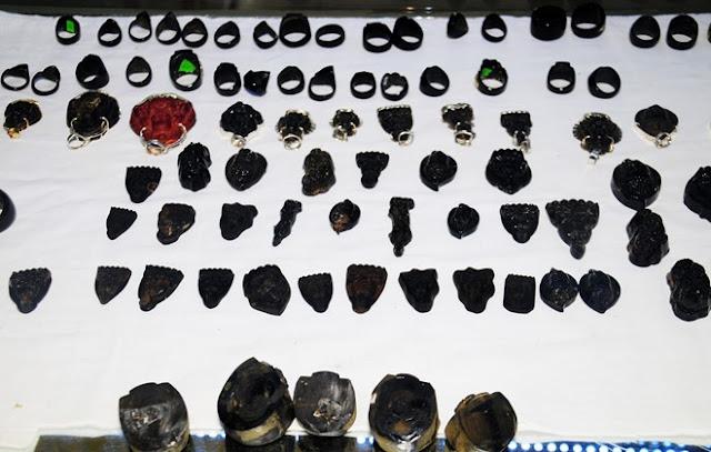 Bày bán đồ trang sức được chế tác từ san hô đen công khai ở huyện đảo Lý Sơn.