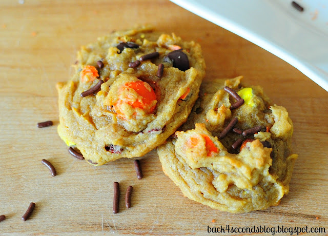 Peanut Butter Pumpkin Pretzel Cookies - A surprising combination that just can't be beat! These are AMAZING!!! https://backforseconds.com  #pumpkin #peanutbutter #pumpkincookies