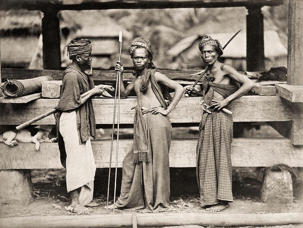 Prajurit Perang Batak Dengan Tombak Dan Golok Di Depan Rumah Adat Juru Foto Kristen Feilberg   Sumber Foto