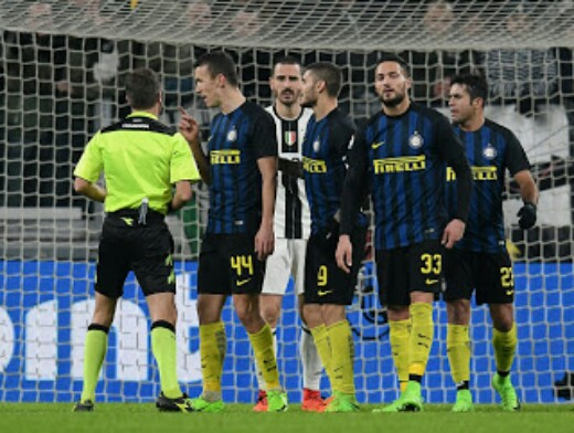 Proteste durante la partita Juventus-Inter