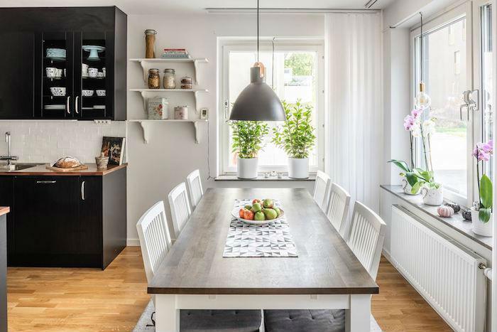 Cocina semi abierta al comedor con muebles oscuros