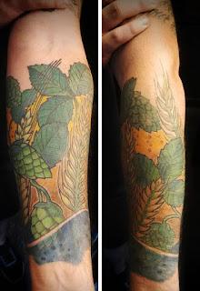 Tatuajes sobre cerveza, con los ingredientes: malta, lúpulo, agua y levadura