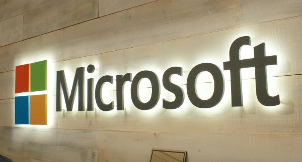 براءة اختراع جديدة لمايكروسوفت تكشف عن هاتفها القابل للطي