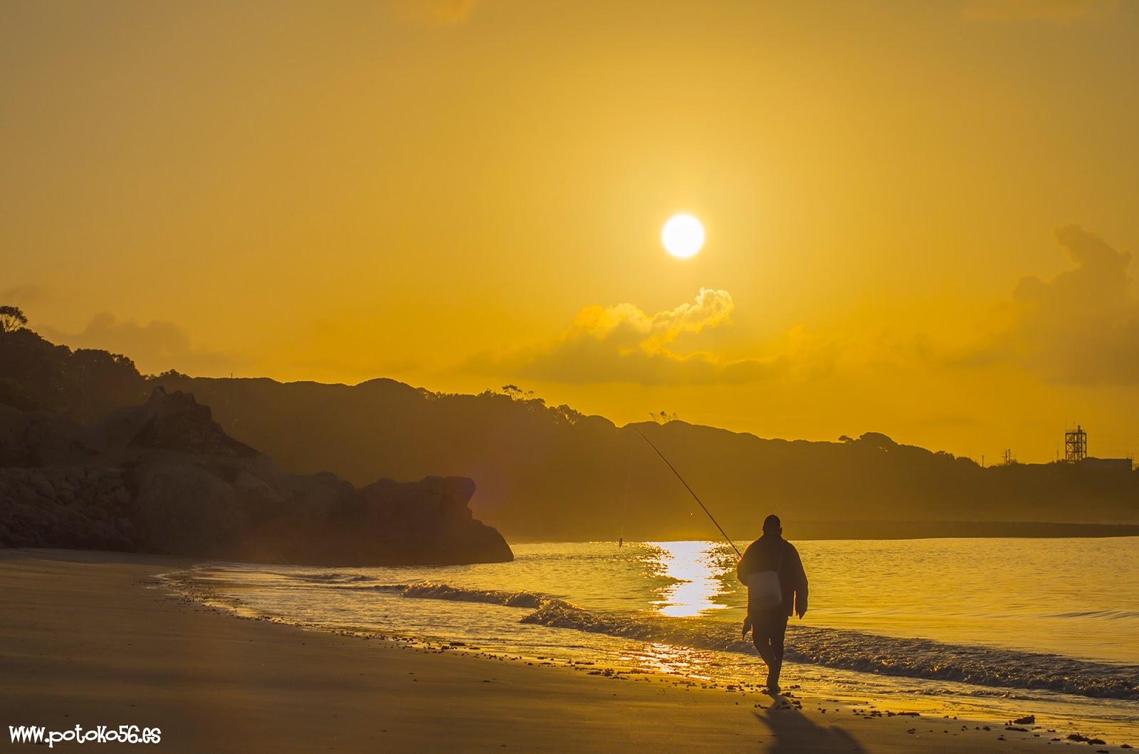 pescando desde la orilla al amanecer en la playa del Chorrillo en Rota