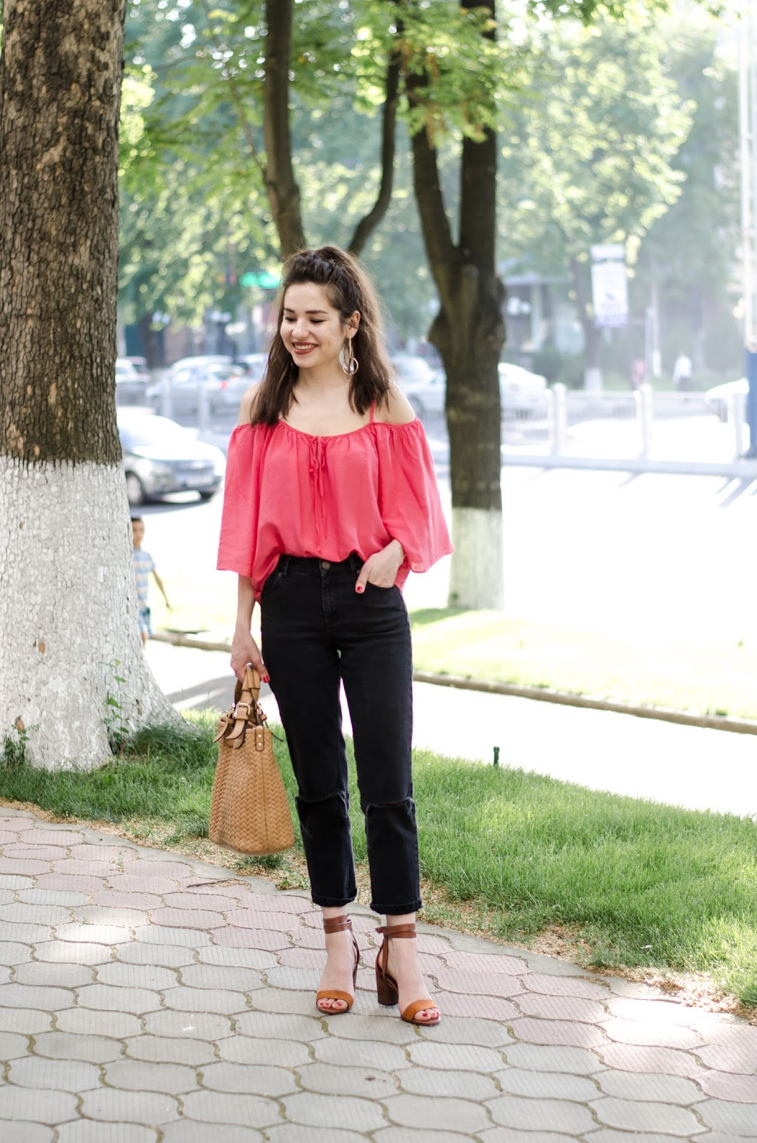 fashion blogger diyorasnotes diyora beta coral top ripped jeans lookoftheday outfit summer2017
