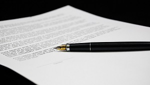 foto di una penna nera su foglio bianco