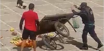 Vídeo: PM humilha feirante e revira carrinho de frutas em Fortaleza